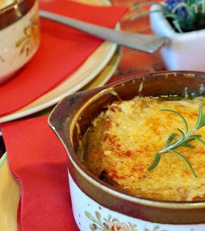 čebulna juha s parmezanom