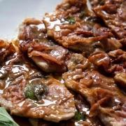 Telečji zrezki z olivami in pršutom