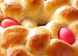 Velikonočni venec z velikonočnimi pirhi