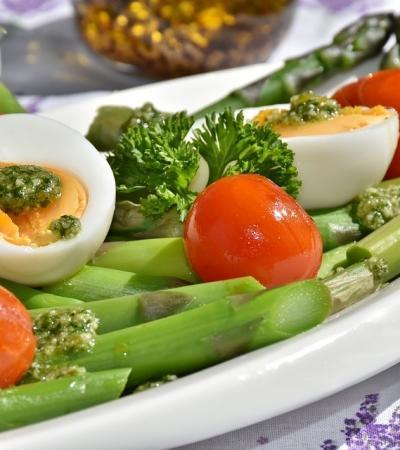 Šparglji z jajci